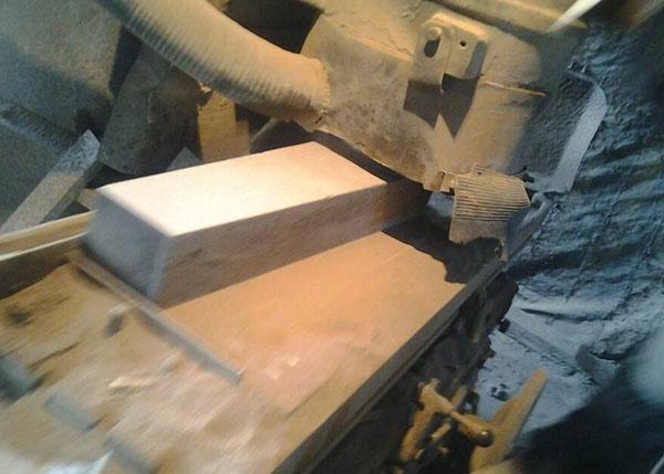 镁钙砖制作现场